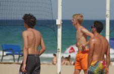 Thumbnail les campeurs de l'ISC Spain jouant au beach-volley