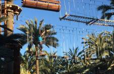 Thumbnail un étudiant ISC Spain sur le pont en suspendu