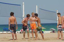 Thumbnail les étudiants de l'ISC Spain jouant au volley à la plage.