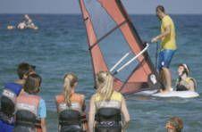 Thumbnail Moniteurs enseignant les techniques de planches à voile (windsurfing)
